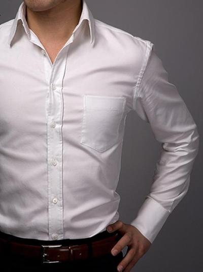 bijela košulja uz muško odijelo-1