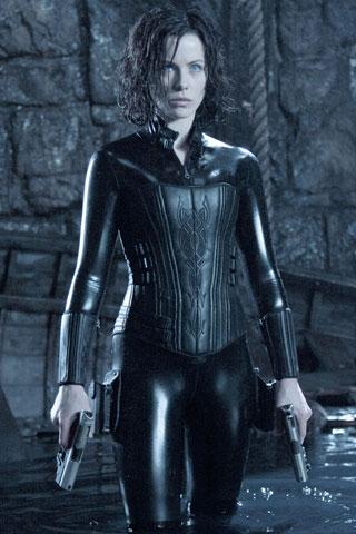Glumice u superuskim odijelima-7